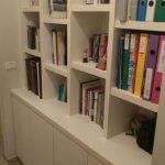 ארון ספרים בתוך נישה