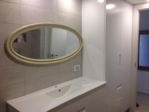 ארון אמבטיה בגימור צבע אפוקסי - מבט מלמעלה