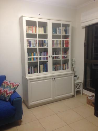 ארון ספרים עם דלתות זכוכית