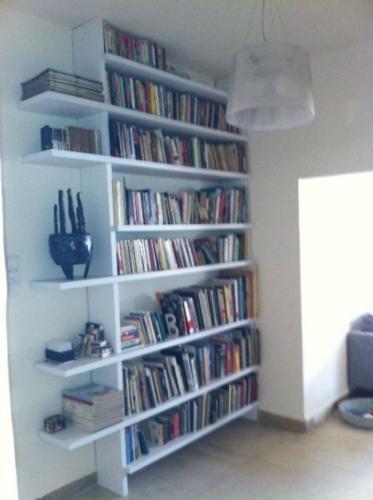ספריה בכניסה לבית