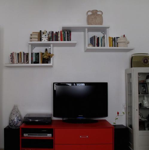 מערכת מדפים מדורגת לסלון