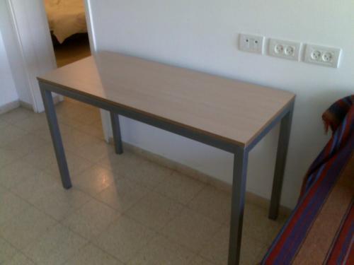 שולחן קונסולה עם מסגרת מתכת ולוח עץ