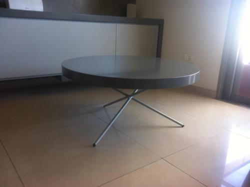 שולחן עגול לסלון עם רגל ברזל מעוצבת
