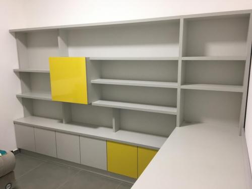 ספריה בגמר פורמאיקה בשילוב שני צבעים, אפור וצהוב מבריק