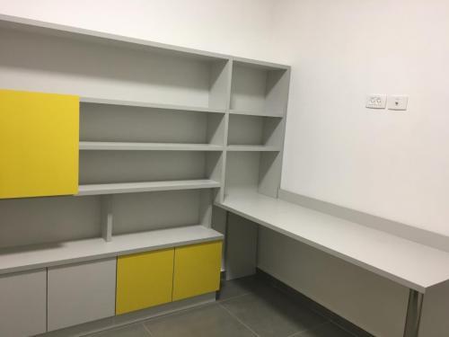 ספריה ושולחן בגמר פורמאיקה  בתוספת פס הגנה על הקיר מעל השולחן