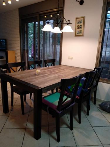שולחן אוכל, רגלי ברזל בגוון שחור מט, משטח עליון בגמר פורמאיקה