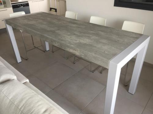 שולחן ברזל דמוי בטון עם פורמיקה