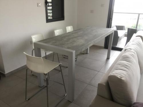 שולחן ברזל דמוי בטון 8 סועדים